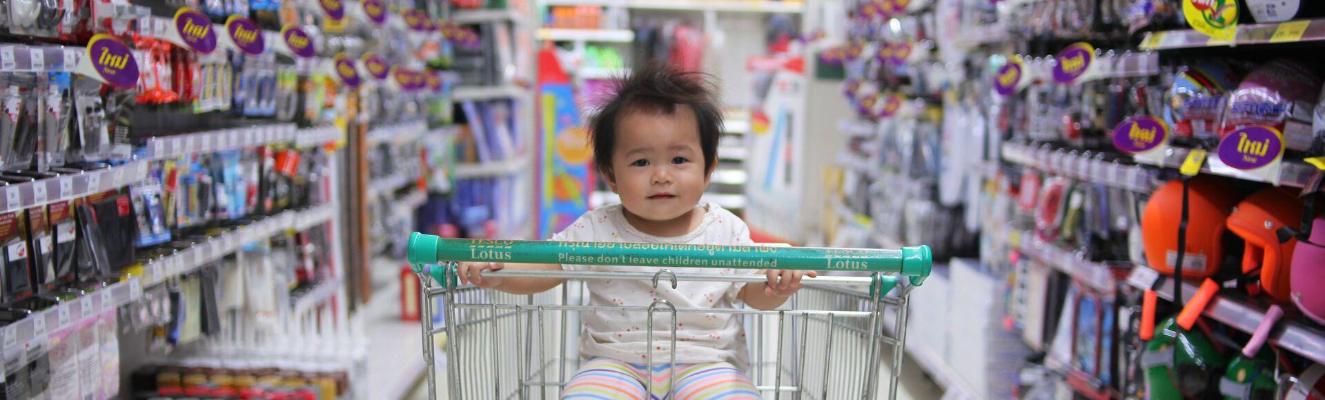 bebê sendo transportado com segurança em sling de frente