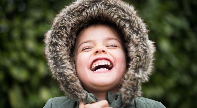 Bebê exibindo os incisivos centrais inferiores, da primeira dentição, vulgarmente denominada dentição de leite