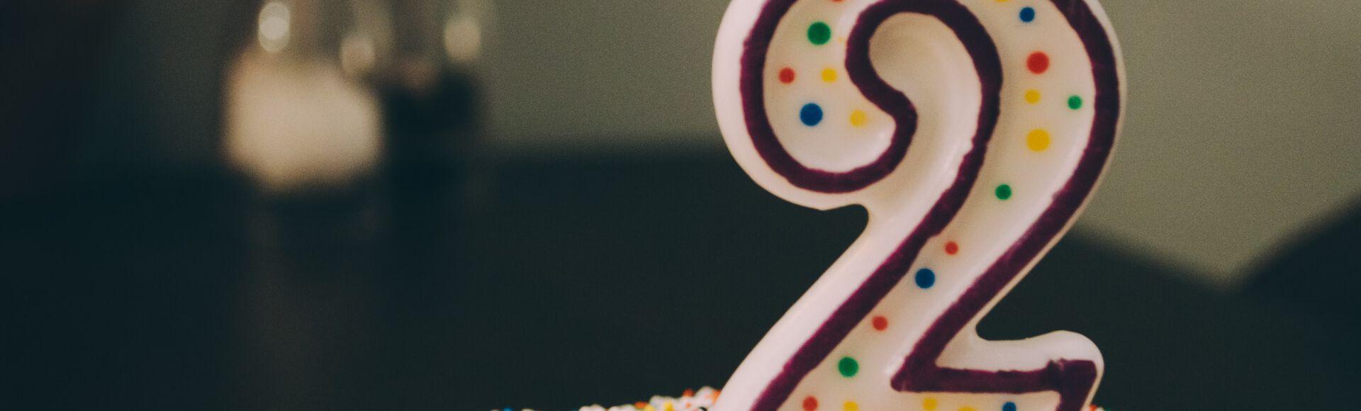 Bebê completa 2 anos de idade e ganha bolo de aniversário