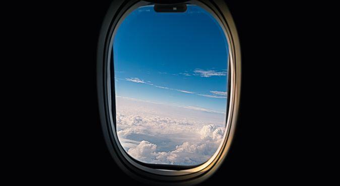 Mãe viajando de avião com seu bebê no colo