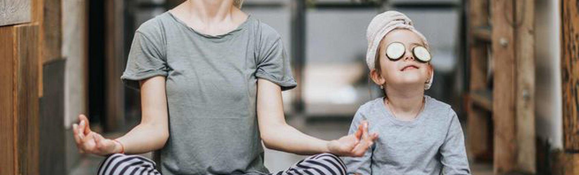 Mamãe com seu filho pequeno relaxando juntos no parque