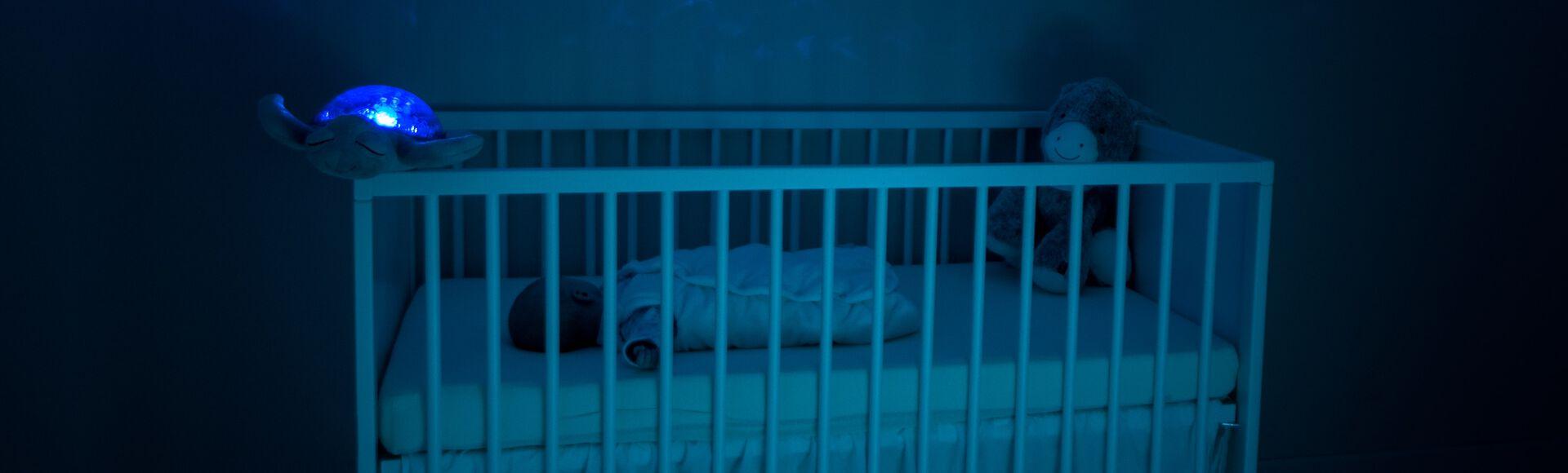 Quarto com bebê dormindo sozinho