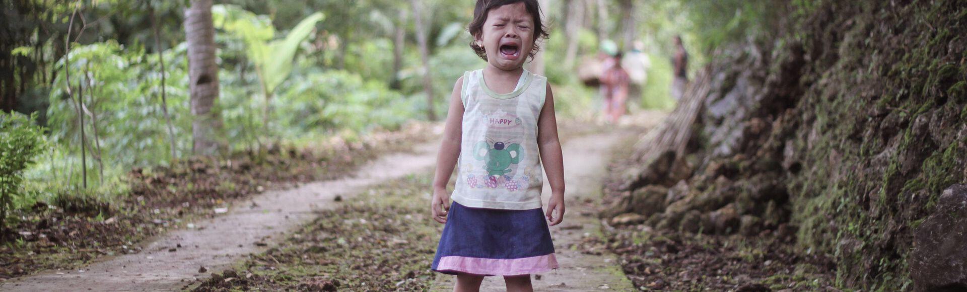 Criança chorando com lágrias nos olhos