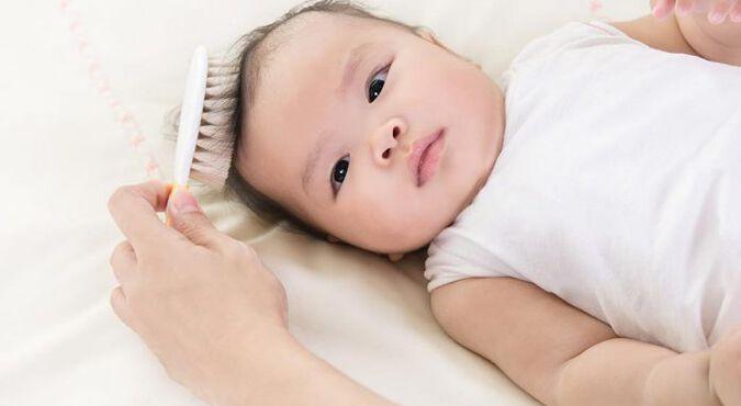 Criança criança durante um delicioso banho de banheira  com os cabelos ensaboados