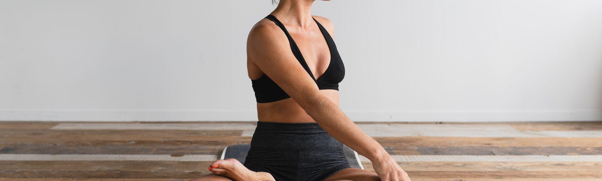 Mulher praticando exercícios