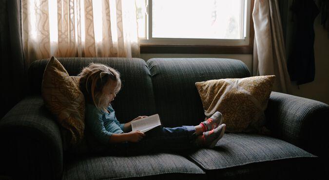 Criança lendo um livro