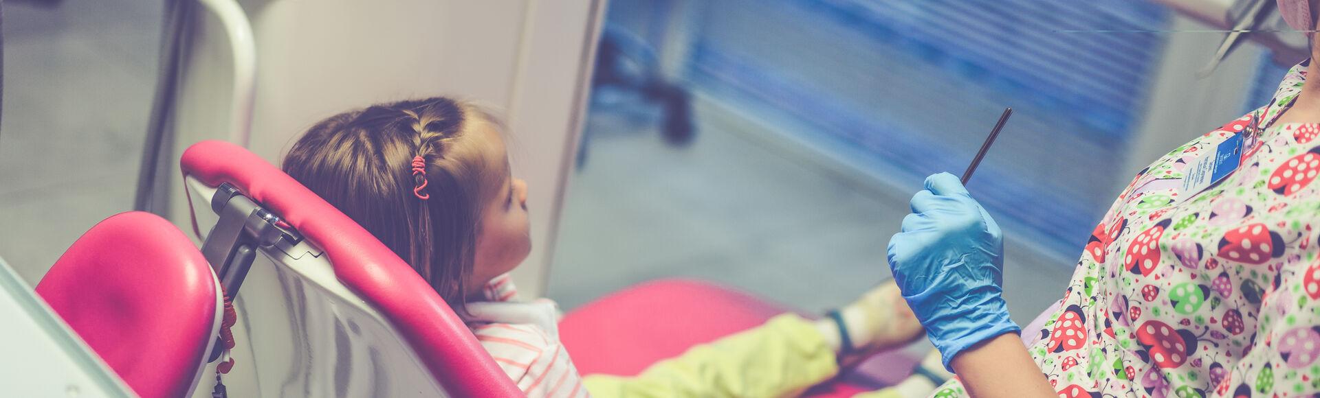 Criança em sua primeira visita ao dentista