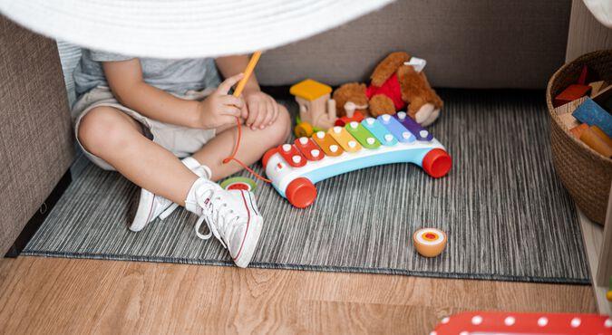 Crianças brincando em um chafariz de chão em um dia de ensolarado