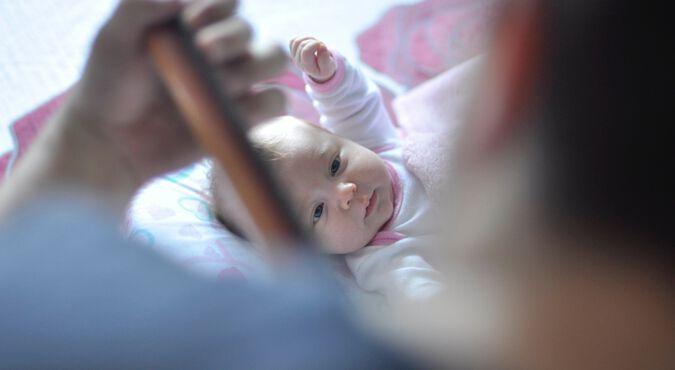 Bebê menino ouvindo música com fone de ouvido. É importante é que o seu filho aprecie a música desde que nasce