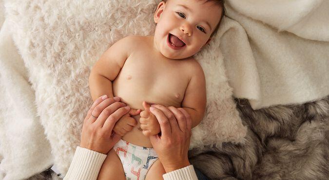 Mãe aplicando exercícios de estimulação precoce em seu bebê