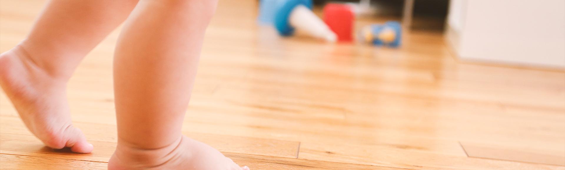 Primeiros passinhos: os bebês devem usar sapatos?